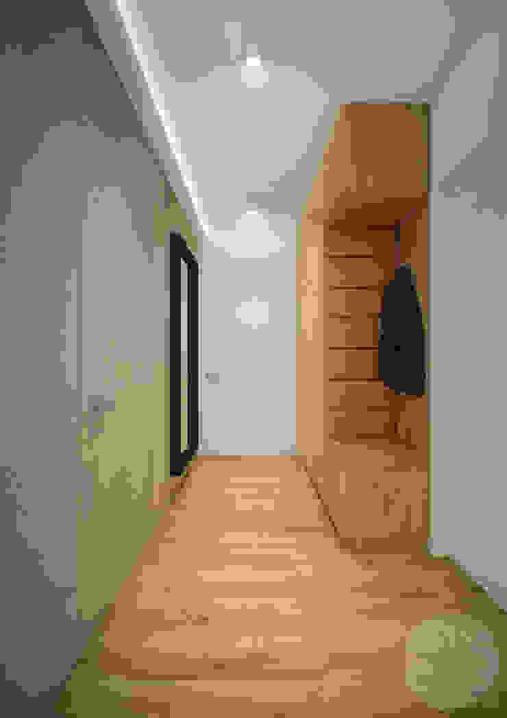 Nevi Studio Ingresso, Corridoio & Scale in stile moderno Grigio