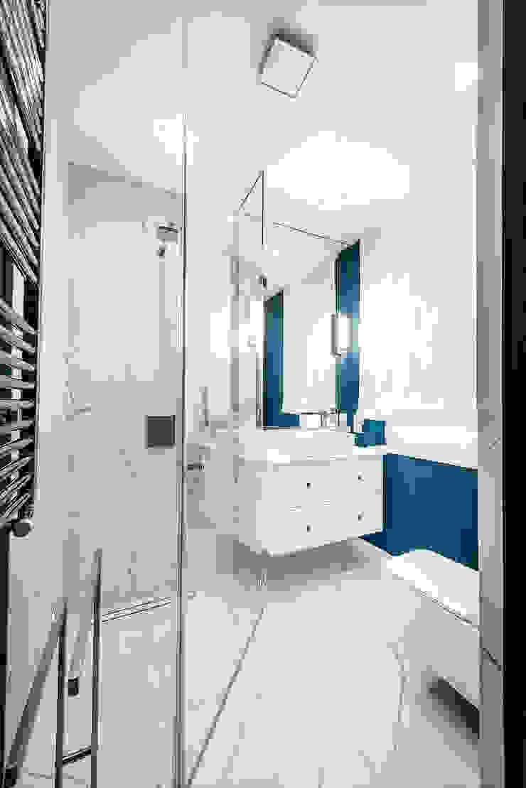 granat z bielą zawsze elegancki Nowoczesna łazienka od livinghome wnętrza Katarzyna Sybilska Nowoczesny Aluminium/Cynk