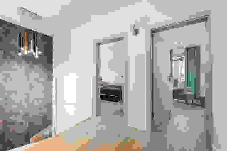 czysty ,elegancki, spokojny Nowoczesny korytarz, przedpokój i schody od livinghome wnętrza Katarzyna Sybilska Nowoczesny