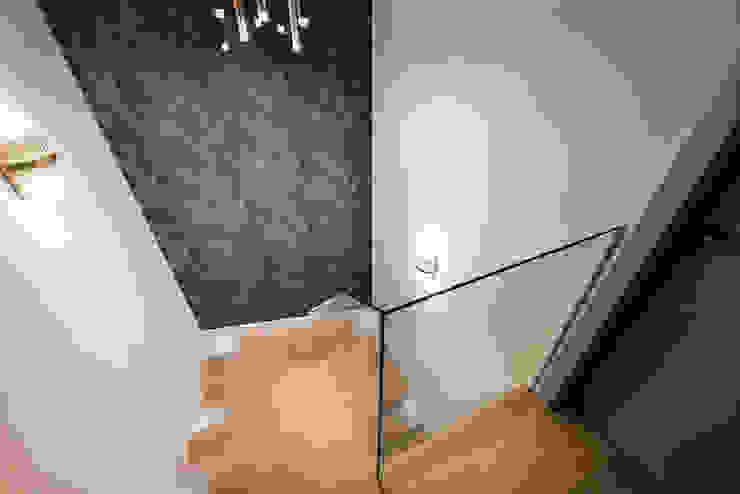hol Nowoczesny korytarz, przedpokój i schody od livinghome wnętrza Katarzyna Sybilska Nowoczesny