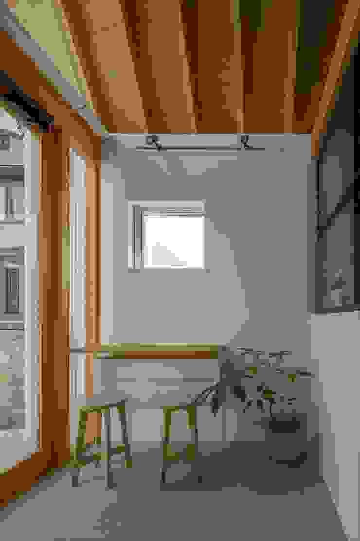 ALTS DESIGN OFFICE Pasillos, vestíbulos y escaleras de estilo ecléctico