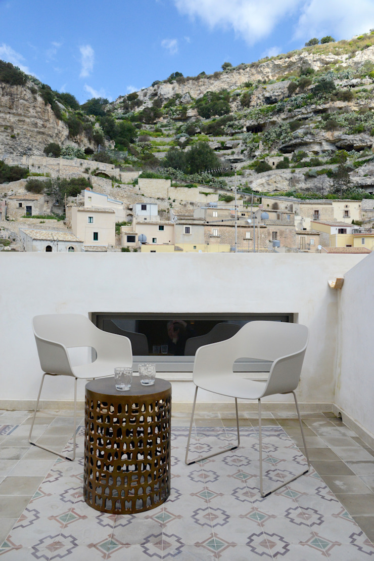 CONSCIOUS DESIGN - INTERIORS Balcon, Veranda & Terrasse méditerranéens Tuiles Beige