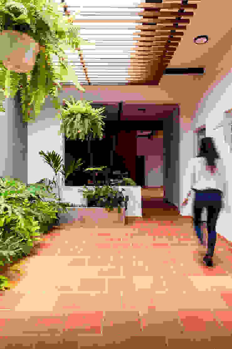 PATIO NO.1 - Una Pérgola que tamiza la luz solar, nuevas plantas, un ambiente interior agradable que llama a la contemplación de A. Ordóñez Arquitectura Moderno