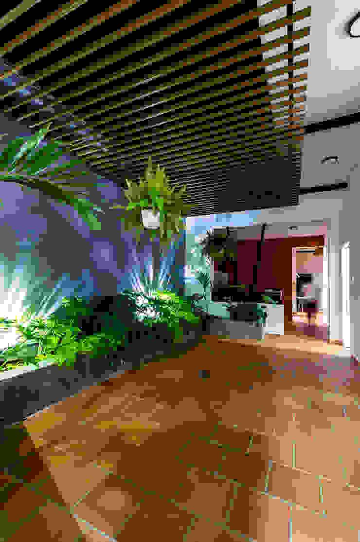 De noche, cada patio adquiere un caracter de A. Ordóñez Arquitectura Moderno