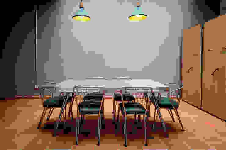 Oficina para trabajo grupal, con mobiliario restaurado puesto en valor de A. Ordóñez Arquitectura Moderno