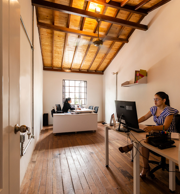Más altura y calidez en el espacio de dirección. de A. Ordóñez Arquitectura Moderno