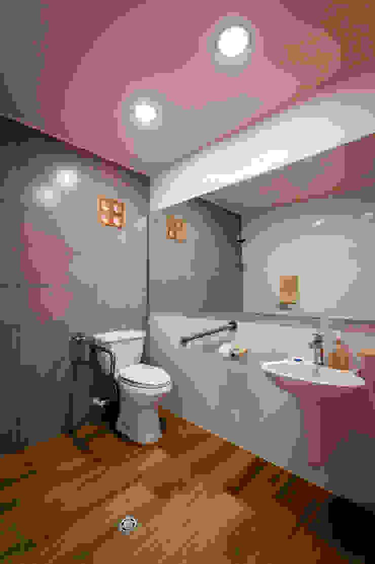 Baño con diseño accesible para personas con situación de discapacidad de A. Ordóñez Arquitectura Moderno