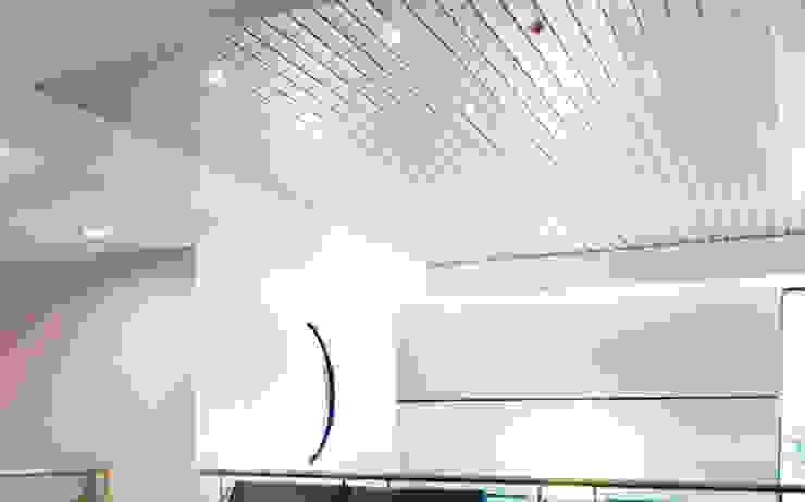 Các mẫu trần tôn đẹp nhất hiện nay Phòng khách phong cách tối giản bởi BlueScopeZacs Việt Nam Tối giản Sắt / thép