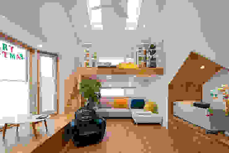 넓은 거실에 다락을 설치하여 더 넓게 사용할수 있도록 설계 및 시공된 거실 모던스타일 거실 by 위드하임 모던