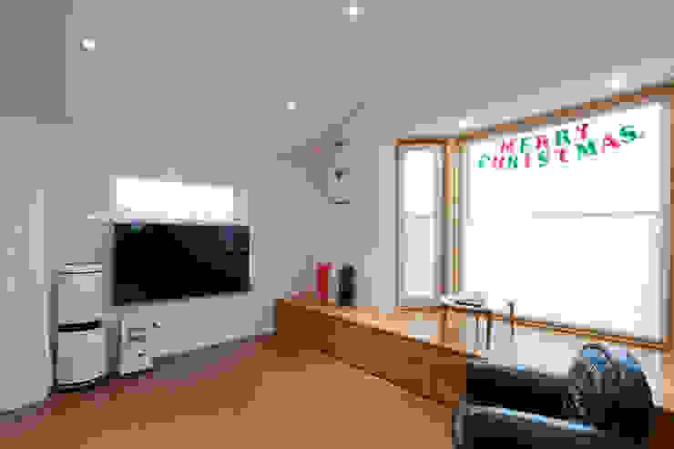 거실에 시공한 베이시트로 또 다른 공간을 제공하는 거실 모던스타일 거실 by 위드하임 모던