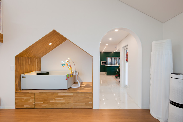 계단 밑 공간을 작은 공간으로 시공 설계하여 추가 공간을 확보한 거실 모던스타일 거실 by 위드하임 모던