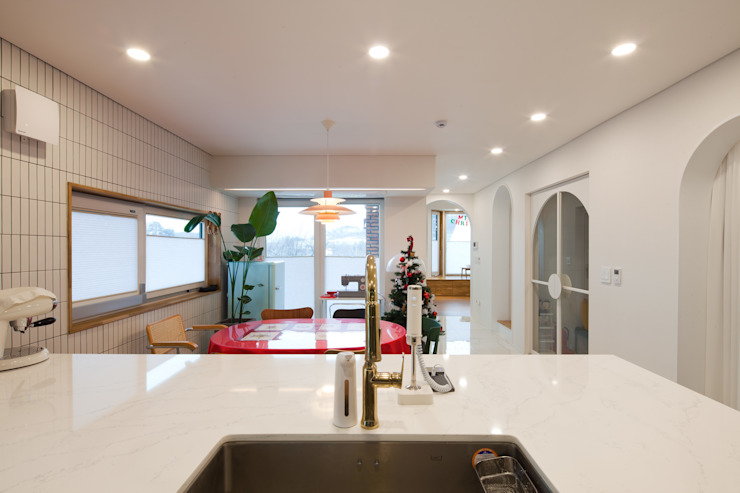 개방감 있는 주방으로 설계 및 시공 된 주방 by 위드하임 모던