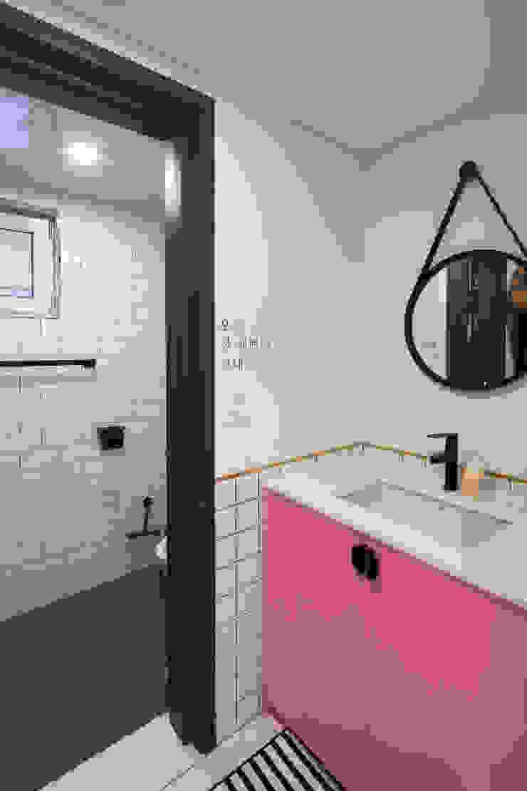 습식 화장실과 건식 세면대로 나눠 공간의 절약을 꿔한 화장실 모던스타일 욕실 by 위드하임 모던