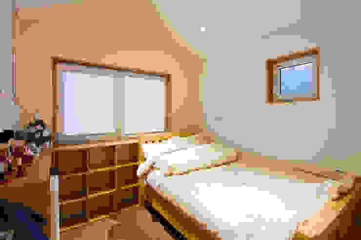 넓은 창을 주어 환기와 채광에 신경을쓴 방 모던스타일 미디어 룸 by 위드하임 모던