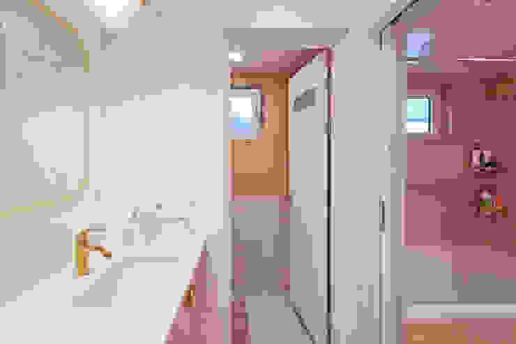 건식 세면대와 세탁기를 사용할 수 있으며 변기와 욕조를 분리하여 사용하기에 편리함을 더한 2층 화장실 모던스타일 욕실 by 위드하임 모던