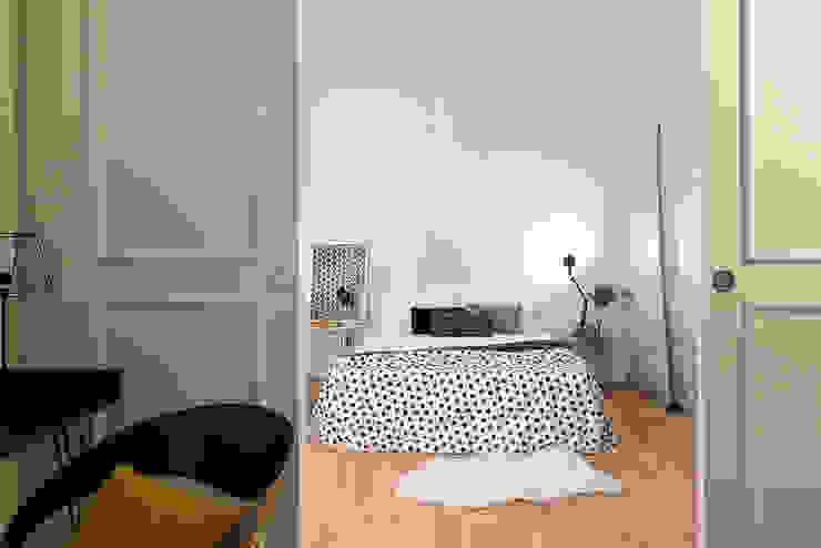 Minimalist bedroom by con3studio Minimalist