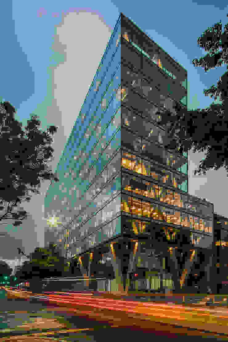 Proyecto edificio 81-11 Estudios y despachos de estilo industrial de Quadratura SAS Industrial
