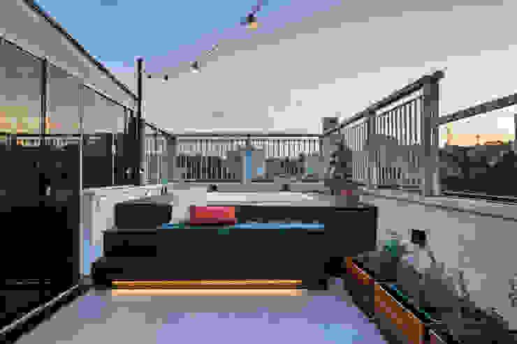Área externa moderna, compacta e aconchegante Mirá Arquitetura Varandas Derivados de madeira Efeito de madeira