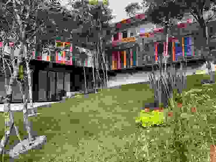Casas y cabañas de Madera -GRUPO CONSTRUCTOR RIO DORADO (MRD-TADPYC) Giardino moderno