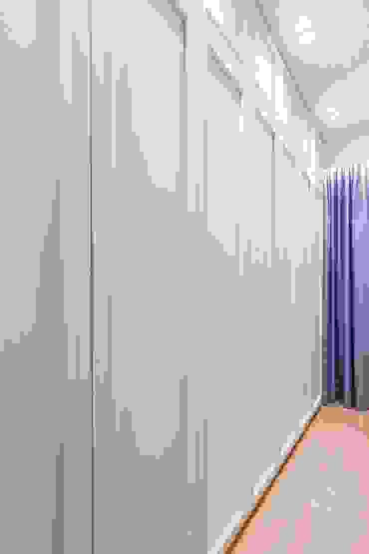 Tessarina Summerhaus D'zign Modern style bedroom