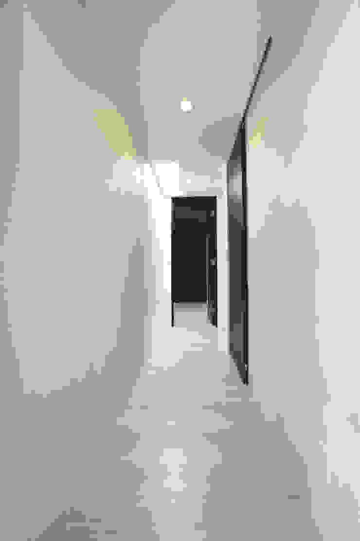 廊下 モダンスタイルの 玄関&廊下&階段 の Style Create モダン