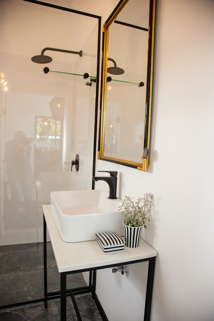 Showroom Eclectic style bathroom by Interior Concepts Eclectic