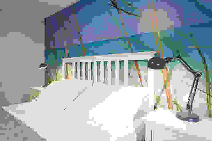 Camera da letto con carta da parati e letto bianco Camera da letto in stile mediterraneo di Arch. Sara Pizzo - Studio 1881 Mediterraneo Legno Effetto legno