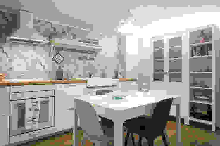 Cucina aperta bianca in stile country chic di Arch. Sara Pizzo - Studio 1881 Mediterraneo Legno Effetto legno