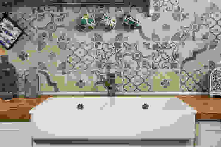Particolare lavello rustico e paraspruzzi in cementine di Arch. Sara Pizzo - Studio 1881 Mediterraneo Ceramica