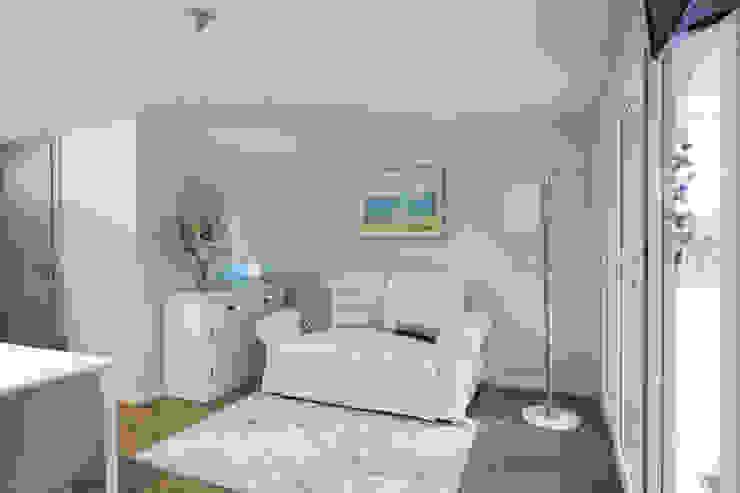 Area soggiorno con divano e cassettiera in stile country chic Soggiorno in stile mediterraneo di Arch. Sara Pizzo - Studio 1881 Mediterraneo Legno Effetto legno