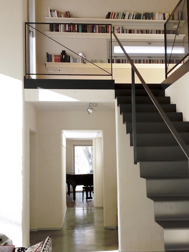 Modern corridor, hallway & stairs by Laura Canonico Architetto Modern