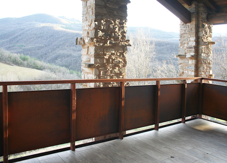 Industrial style balcony, veranda & terrace by Architetto Luigi Pizzuti Industrial Iron/Steel
