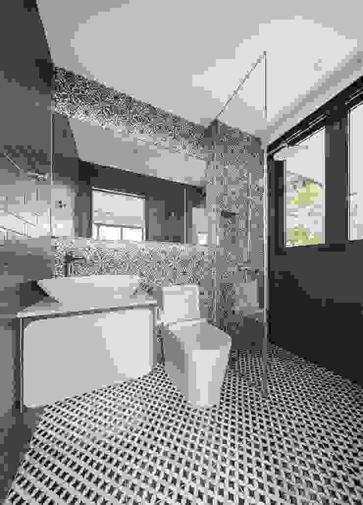 Jalan Tupai Minimalist style bathroom by Summerhaus D'zign Minimalist