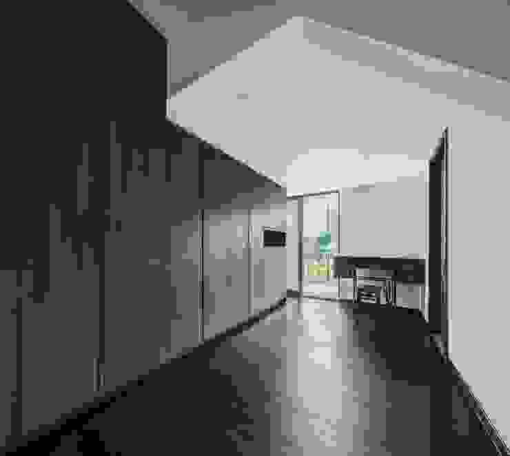 Jalan Tupai Minimalist dressing room by Summerhaus D'zign Minimalist