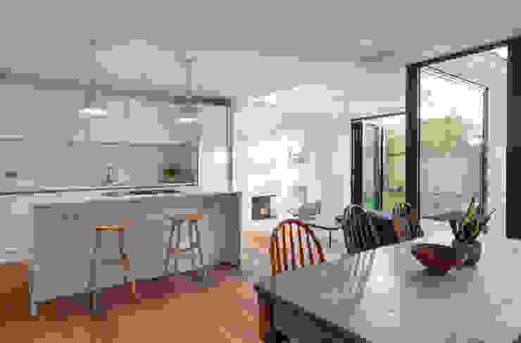 Open plan dining/kitchen Modern kitchen by TAS Architects Modern