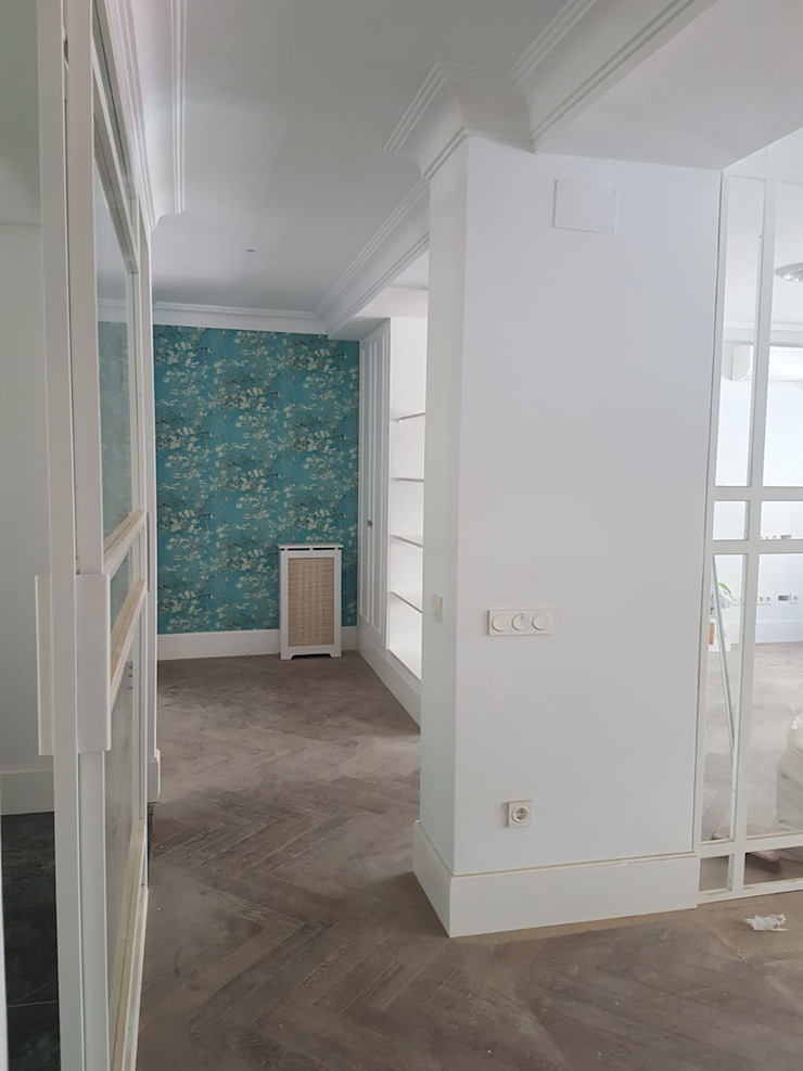 Entrada muy original, empapelada y pintada, ¿qué prefieres? O. R. Group Pasillos, vestíbulos y escaleras de estilo clásico