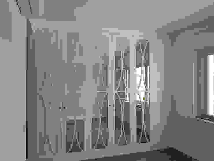 gran armario, estilo clásico, con vidrio y decoración. O. R. Group Vestidores de estilo clásico