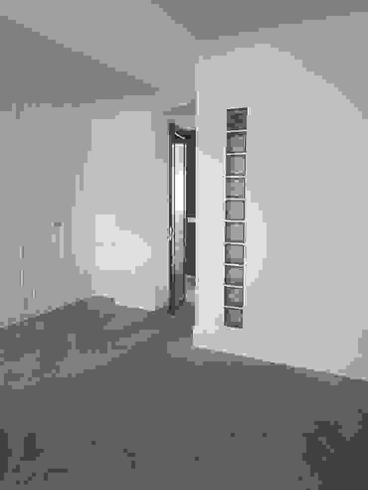 dormitorio con tragaluz O. R. Group Dormitorios de estilo clásico