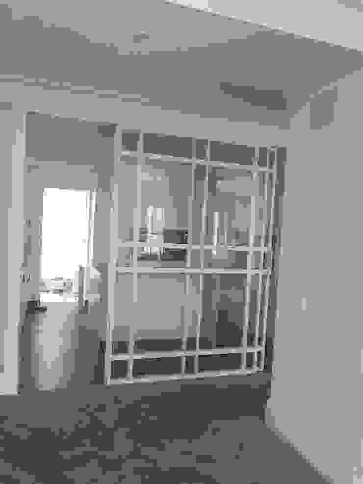 Puerta de cerrajeria entre salón y cocina O. R. Group Cocinas integrales