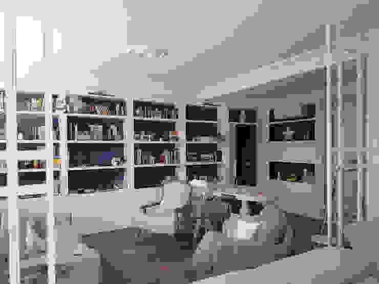 Gran salón con gran librería, estilo parisino con grandes molduras, todo a lo grande, como se merecen nuestros clientes!!. O. R. Group Salones de estilo clásico