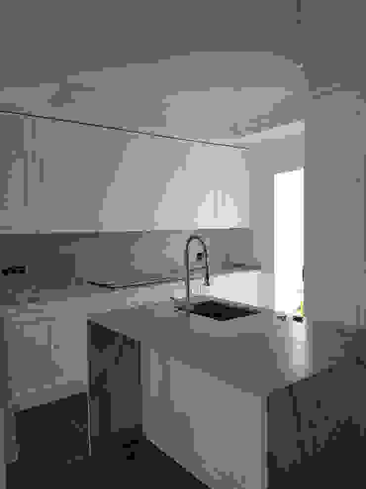 cocina blanca, y muy bonita, amplia y acogedora O. R. Group CocinaAlmacenamiento y despensa