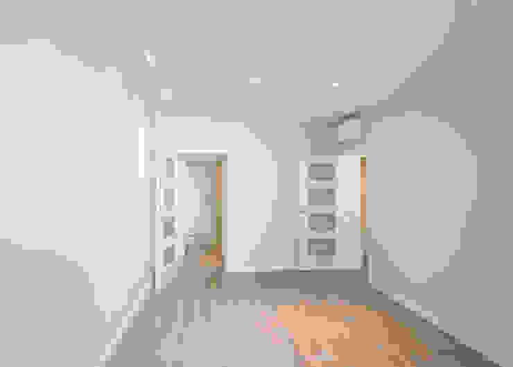 Salas de estar modernas por Grupo Inventia Moderno Betão