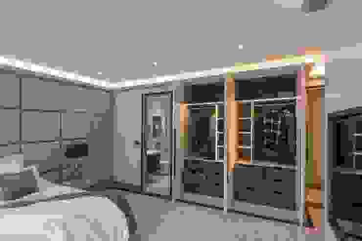 Wardrobe View Спальня в стиле модерн от Prestige Architects By Marco Braghiroli Модерн