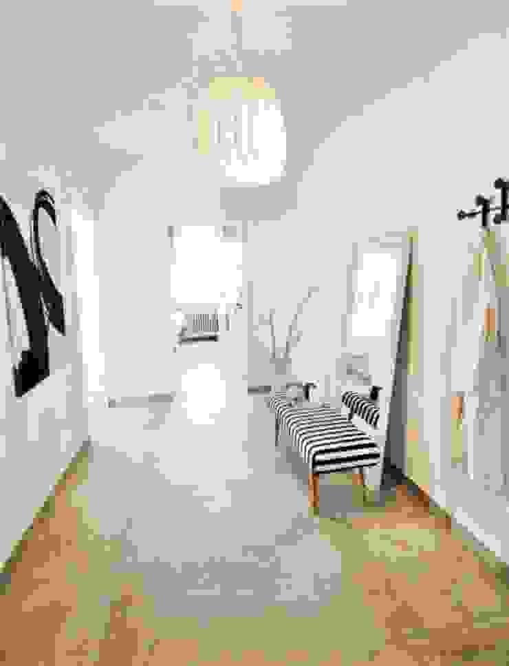 Münchner home staging Agentur GESCHKA Modern Corridor, Hallway and Staircase White