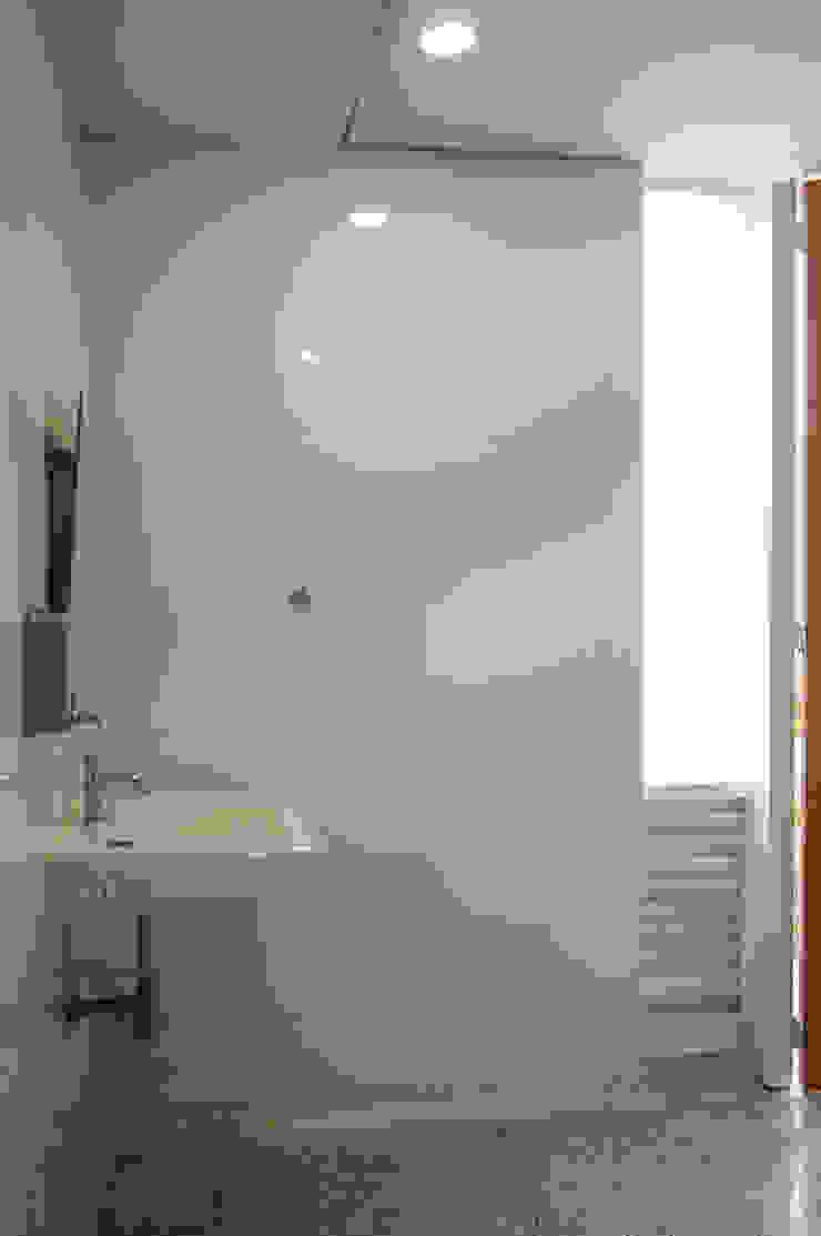 Baños Baños de estilo minimalista de ENSAMBLE de Arquitectura Integral Minimalista