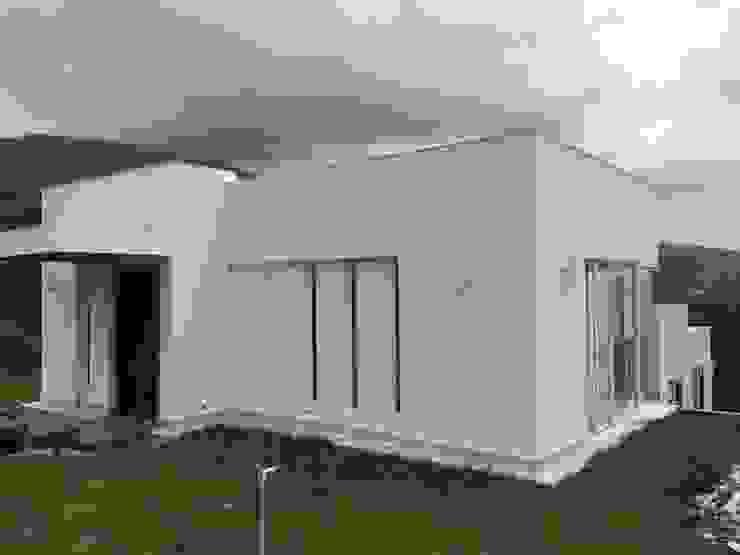 DISEÑO Y CONSTRUCCIÓN CASA EN LADERA TERRACEADA de Martha L. Ladino Construcciones SAS Minimalista Aluminio/Cinc