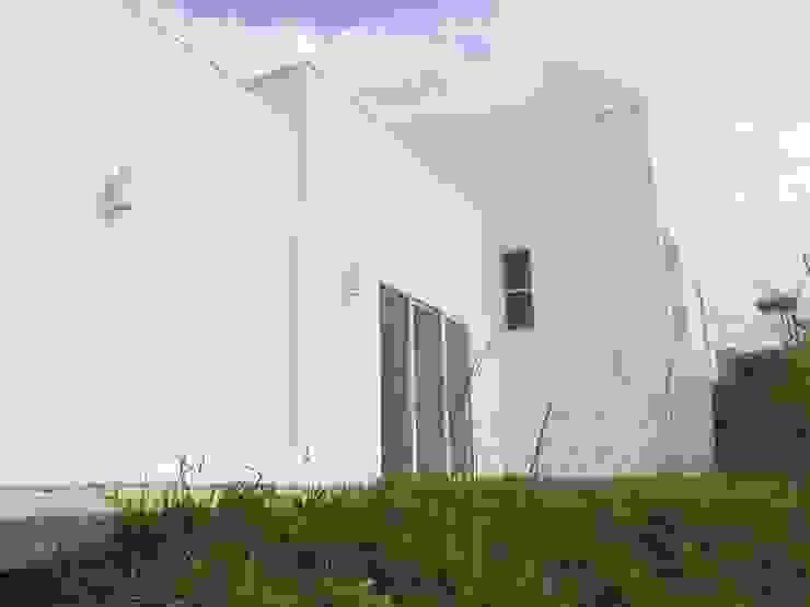 DISEÑO Y CONSTRUCCIÓN CASA EN LADERA TERRACEADA de Martha L. Ladino Construcciones SAS Minimalista Vidrio