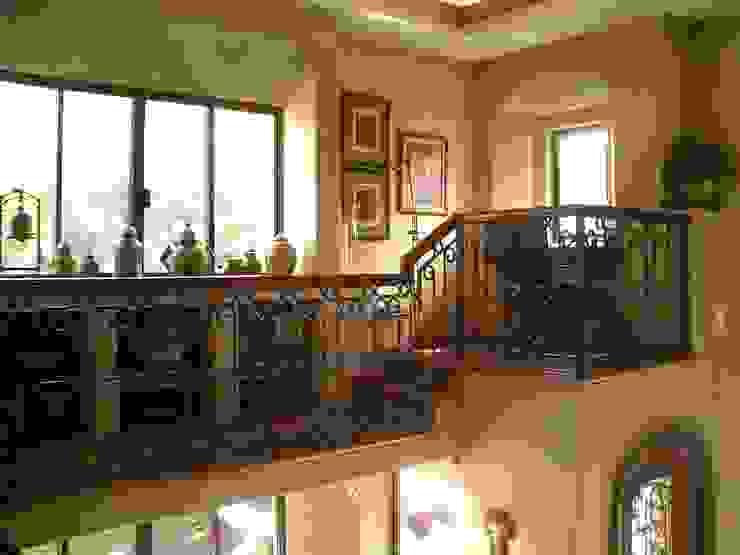 Estudio en pequeño balcón empleando ventanales con arco rebajado y muros gruesos. Estudios y despachos coloniales de DIMARQ® espacios arquitectónicos Colonial