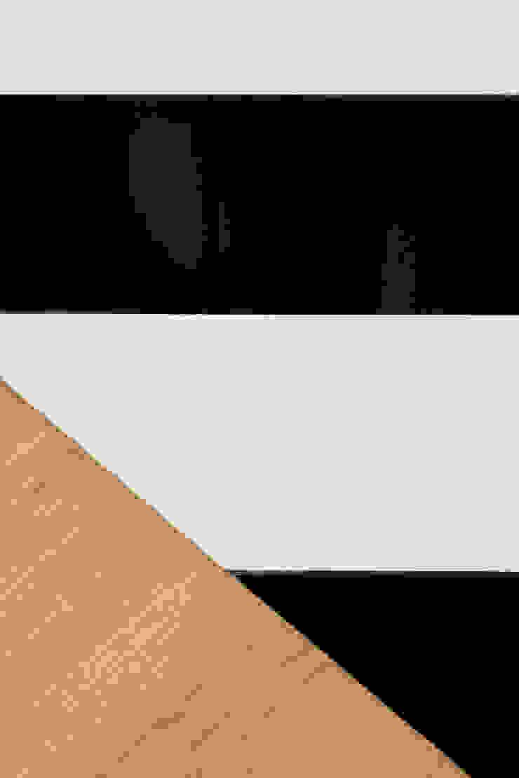 Il pavimento dell'ingresso in ceramica bianca e nera e il pavimento in parquet del soggiorno Ingresso, Corridoio & Scale in stile eclettico di PLUS ULTRA studio Eclettico Legno Effetto legno