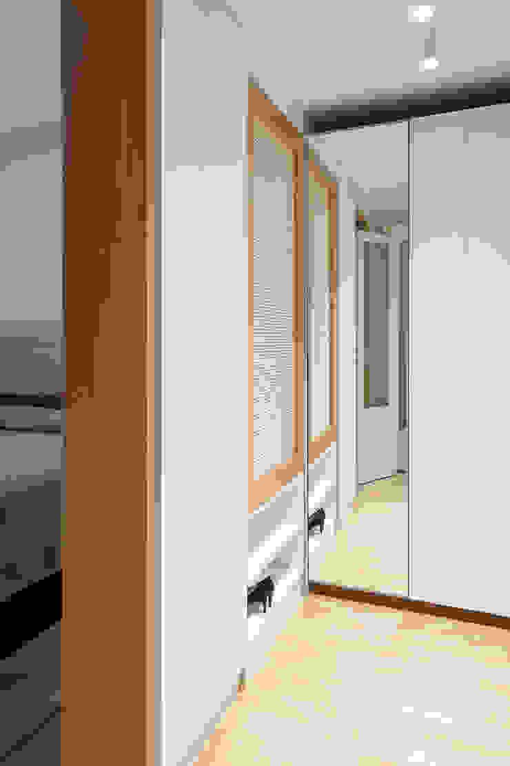 La cabina armadio passante, verso la camera da letto Camera da letto eclettica di PLUS ULTRA studio Eclettico Legno Effetto legno